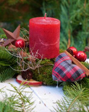 Weihnachtsgesteck mit einer Kerze