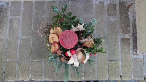 Weihnachtsgesteck mit roter Kerze